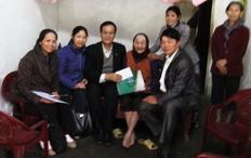 Đại diện Đảng bộ, Công đoàn, Cán bộ CNV công ty đi thăm hỏi các Bà Mẹ Việt Nam anh hùng