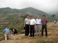 Đại diện CĐ XN KSCT đi thắp hương cho đồng nghiệp bị tai nạn tại Hoàng Su Phì - Hà Giang năm 2005