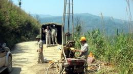 Phó TGĐ Nguyễn Tất Vinh đi thăm anh em khảo sát đang công tác tại nước bạn Lào